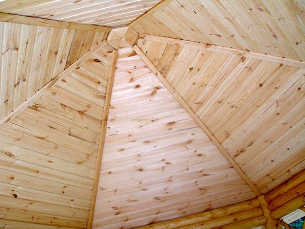 Крыша деревянной беседки